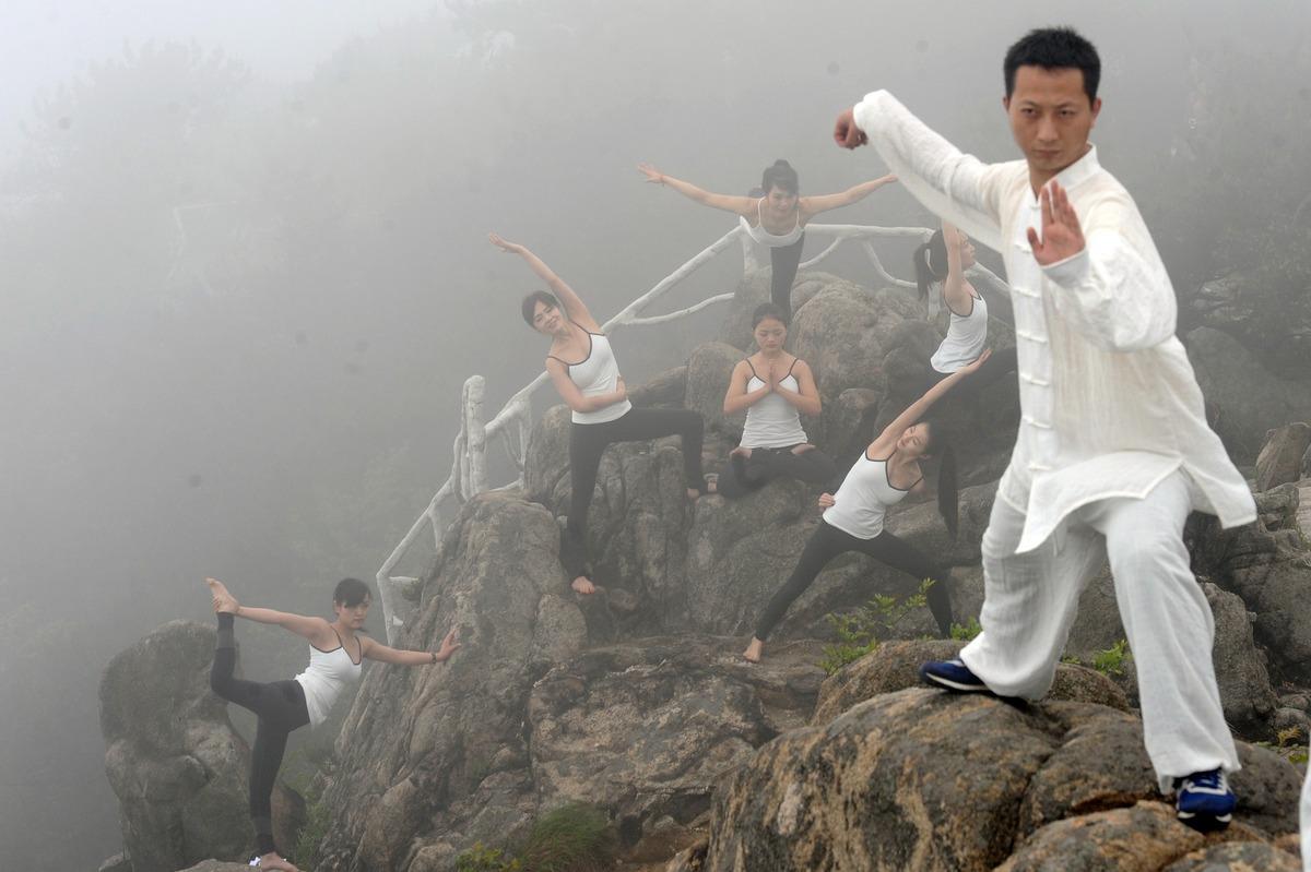 TQ: 6 thiếu nữ xinh đẹp tập yoga chênh vênh bên vực núi - 5