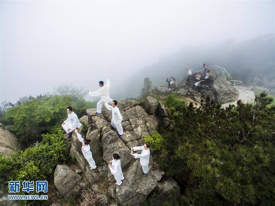 TQ: 6 thiếu nữ xinh đẹp tập yoga chênh vênh bên vực núi - 6
