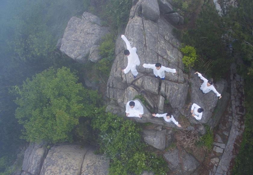 TQ: 6 thiếu nữ xinh đẹp tập yoga chênh vênh bên vực núi - 7