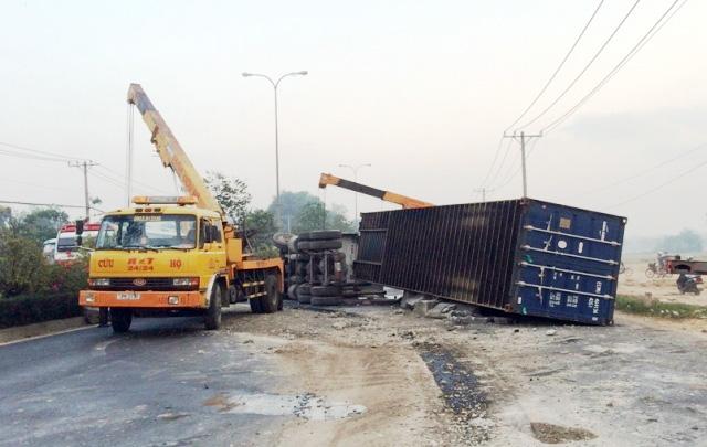 TPHCM: Tài xế ngủ gật, container chắn ngang quốc lộ 22 - 2