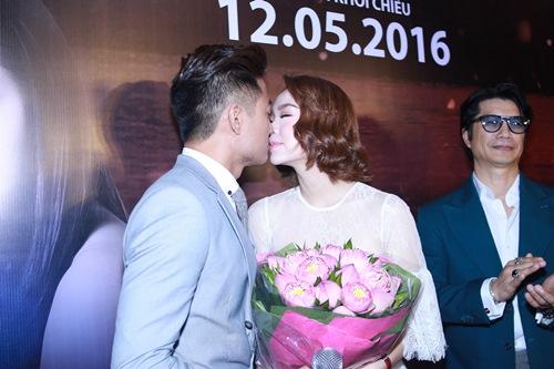 Minh Hằng, Quý Bình ôm hôn trong rạp phim - 3