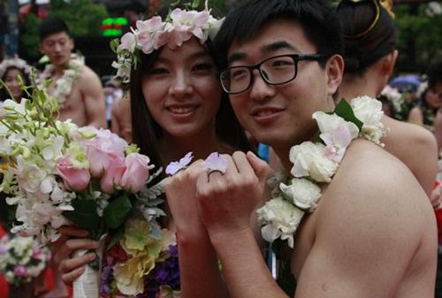 Đám cưới gây sốc kiểu nguyên thủy của dâu rể Trung Quốc - 3