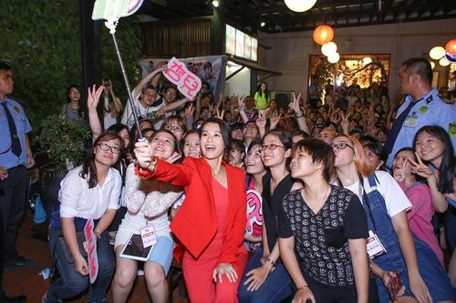 Hồ Hạnh Nhi quá đáng yêu trước fan Việt - 9