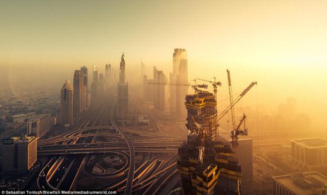 Thành phố Dubai của Các tiểu vương  quốc Ả Rập thống nhất nổi tiếng với những tòa nhà chọc trời hiện đại nhất thế giới.