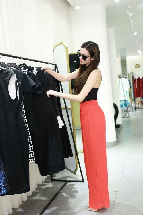 Khánh My xinh tươi đến thử đồ show diễn Lê Thanh Hòa - 2