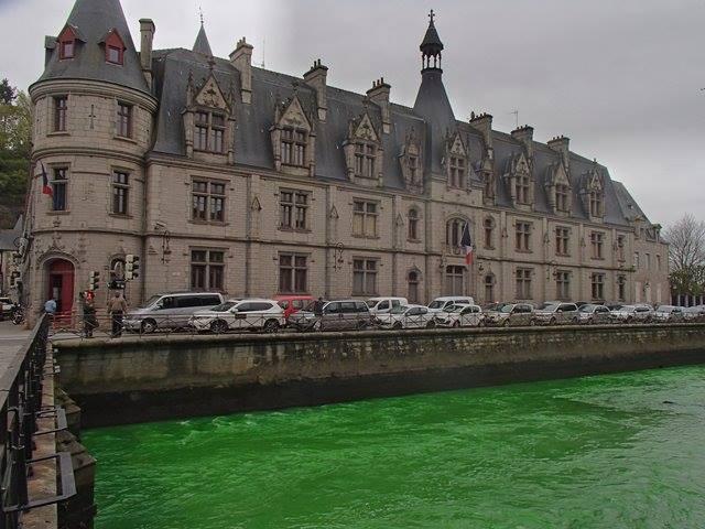 Người Pháp tự nhuộm hàng loạt sông thành màu xanh lè - 2