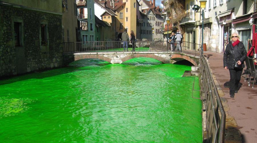 Người Pháp tự nhuộm hàng loạt sông thành màu xanh lè - 1