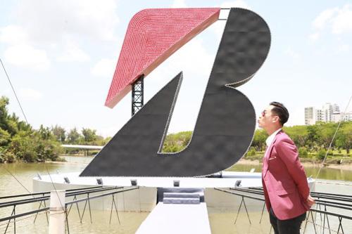 Dàn sao việt thích thú gặp gỡ chữ B khổng lồ - 4