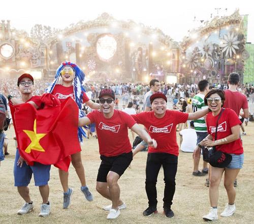 MC Phan Anh hãnh diện giơ cao quốc kỳ tại Brazil - 4