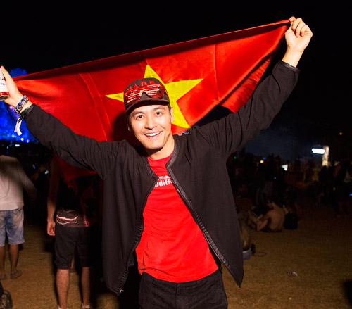 MC Phan Anh hãnh diện giơ cao quốc kỳ tại Brazil - 1