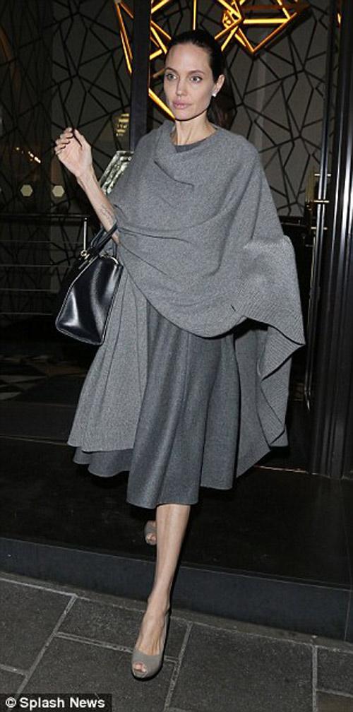 """Angelina Jolie lộ thân hình """"que củi"""" dù đã cố giấu - 2"""