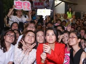 Hồ Hạnh Nhi quá đáng yêu trước fan Việt