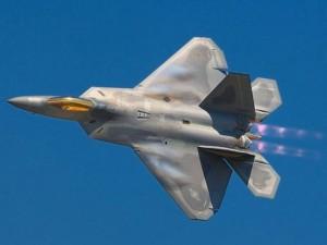 """Vì sao Mỹ dừng sản xuất chiến đấu cơ F-22 """"Chim ăn thịt""""?"""