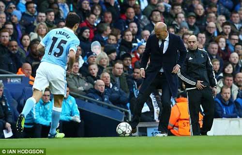 Học trò đánh đầu dội xà, Zidane lại rách quần - 1