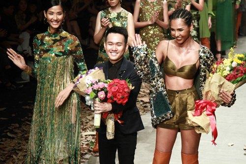 NTK Lê Thanh Hòa mang cả rừng lá khô lên sàn catwalk - 1