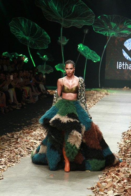 NTK Lê Thanh Hòa mang cả rừng lá khô lên sàn catwalk - 2