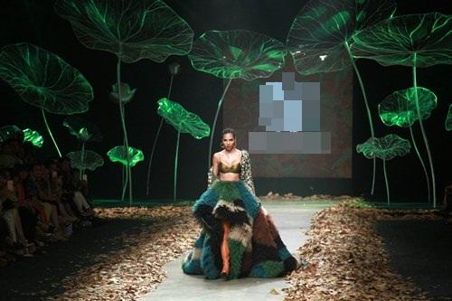 NTK Lê Thanh Hòa mang cả rừng lá khô lên sàn catwalk - 3