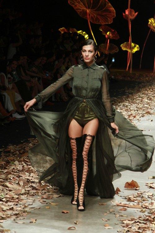 NTK Lê Thanh Hòa mang cả rừng lá khô lên sàn catwalk - 4