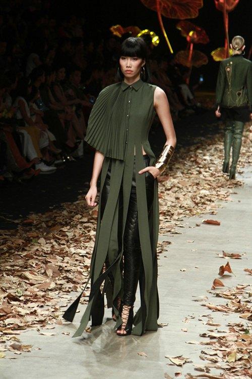 NTK Lê Thanh Hòa mang cả rừng lá khô lên sàn catwalk - 5