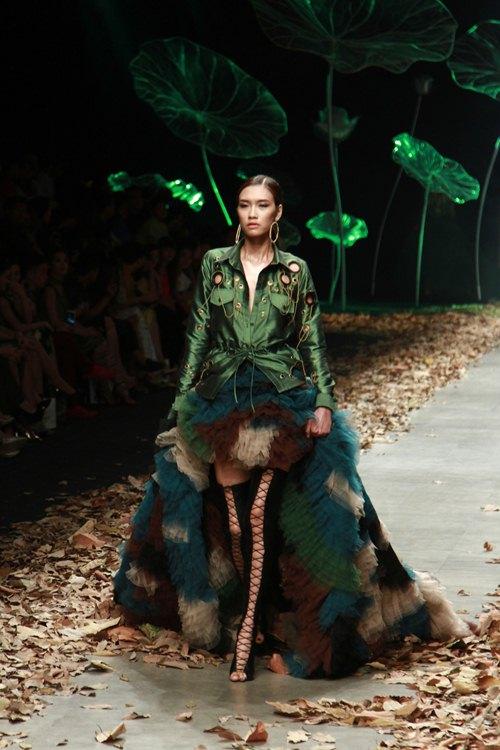 NTK Lê Thanh Hòa mang cả rừng lá khô lên sàn catwalk - 6