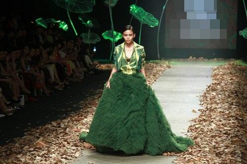 NTK Lê Thanh Hòa mang cả rừng lá khô lên sàn catwalk - 7