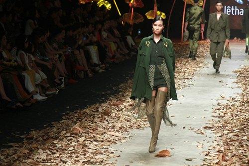 NTK Lê Thanh Hòa mang cả rừng lá khô lên sàn catwalk - 8