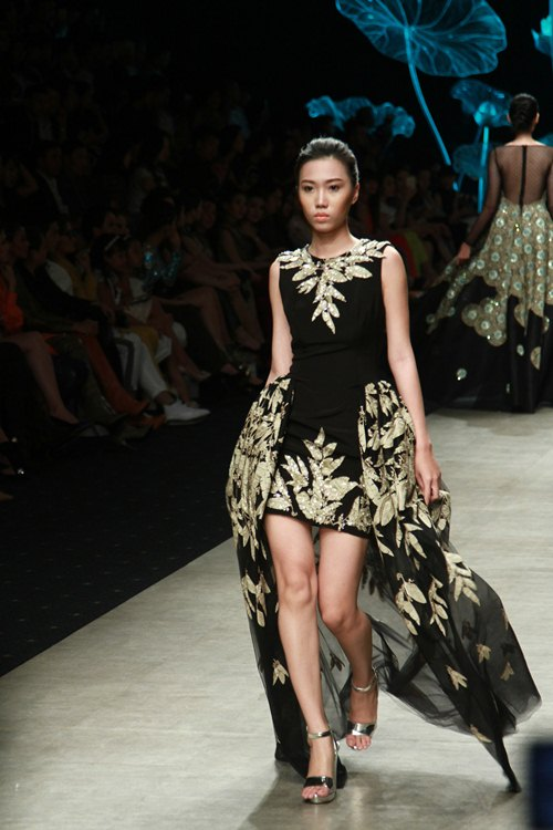 NTK Lê Thanh Hòa mang cả rừng lá khô lên sàn catwalk - 15