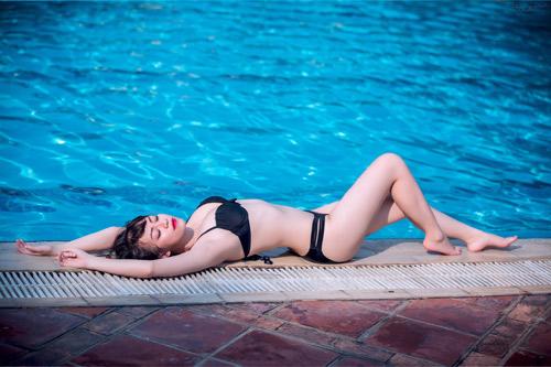 Thiếu nữ Hà thành mướt mát tạo dáng bên hồ bơi - 15