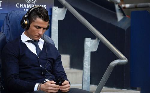 """Góc châm biếm: Ronaldo ngồi buồn nghe bản nhạc """"Si"""" - 4"""