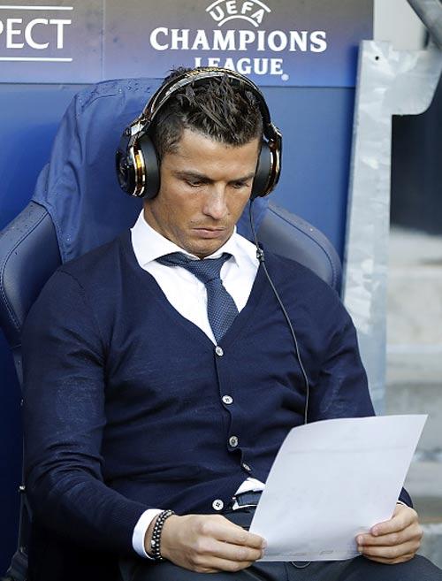 """Góc châm biếm: Ronaldo ngồi buồn nghe bản nhạc """"Si"""" - 6"""