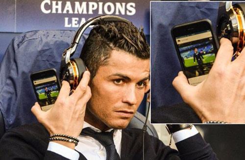 """Góc châm biếm: Ronaldo ngồi buồn nghe bản nhạc """"Si"""" - 8"""