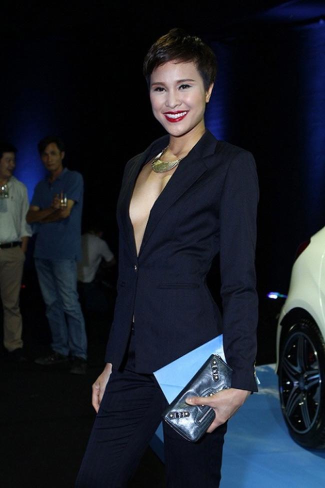 Trước đó, Phương Mai cũng từng gặp sự cố hớ hênh khi chọn mặc áo vest khoét sâu, không nội y trên hàng ghế đầu của một show thời trang.