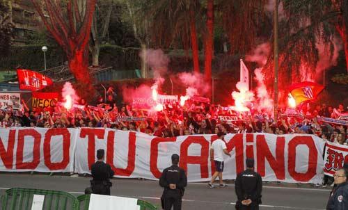 Fan Atletico đốt pháo sáng, uy hiếp tinh thần Bayern - 1
