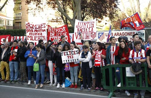 Fan Atletico đốt pháo sáng, uy hiếp tinh thần Bayern - 2