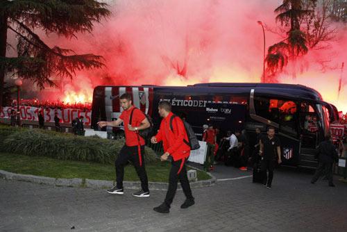 Fan Atletico đốt pháo sáng, uy hiếp tinh thần Bayern - 4