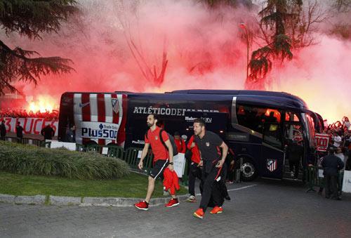 Fan Atletico đốt pháo sáng, uy hiếp tinh thần Bayern - 5