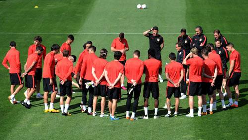 Fan Atletico đốt pháo sáng, uy hiếp tinh thần Bayern - 7