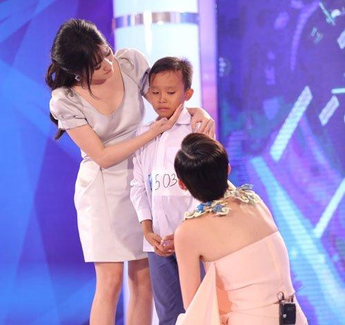 Phi Nhung lo học phí cho cậu bé hát đám cưới hết lớp 12 - 1