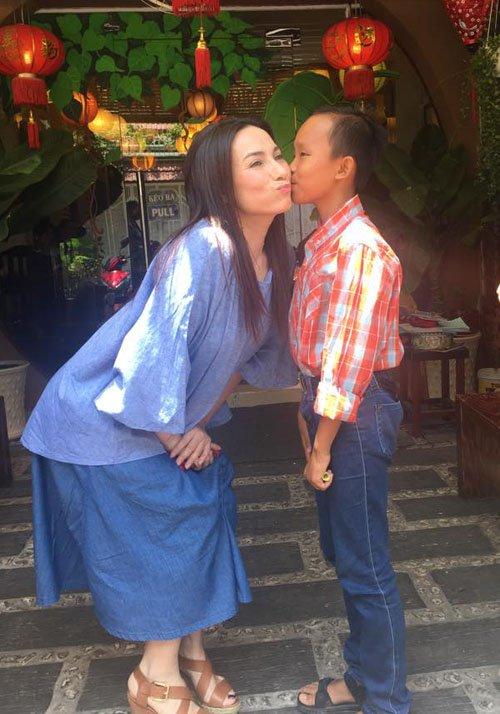 Phi Nhung lo học phí cho cậu bé hát đám cưới hết lớp 12 - 3