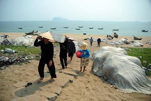 """Chùm ảnh: Thuyền lưới hóa """"mồ trắng"""" bên bờ biển Hà Tĩnh - 7"""