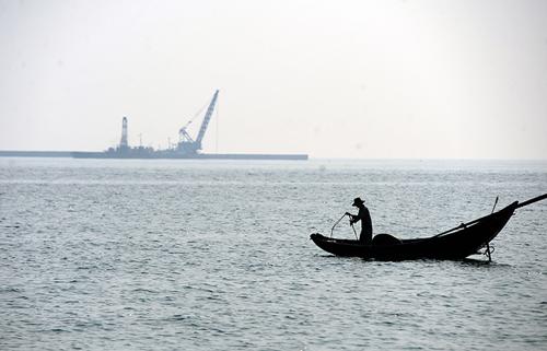 """Chùm ảnh: Thuyền lưới hóa """"mồ trắng"""" bên bờ biển Hà Tĩnh - 10"""