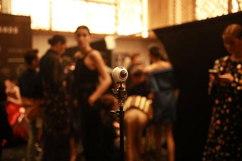 Loạt ảnh thú vị của NTK Công Trí tại Tuần lễ thời trang VN - 4