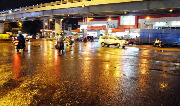 """Sài Gòn xuất hiện mưa """"vàng"""", người dân háo hức - 1"""