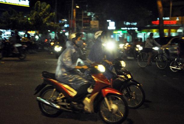 """Sài Gòn xuất hiện mưa """"vàng"""", người dân háo hức - 2"""