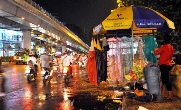"""Sài Gòn xuất hiện mưa """"vàng"""", người dân háo hức - 4"""