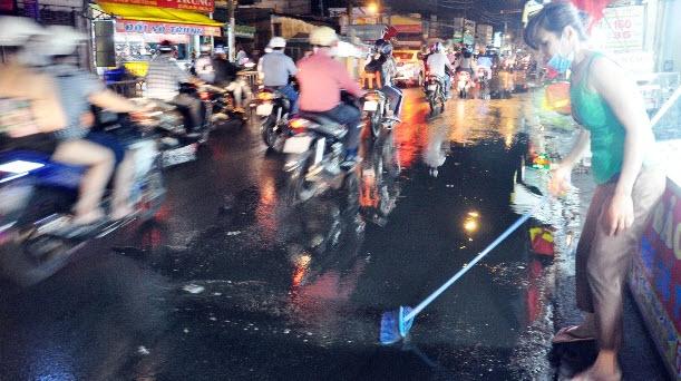 """Sài Gòn xuất hiện mưa """"vàng"""", người dân háo hức - 5"""