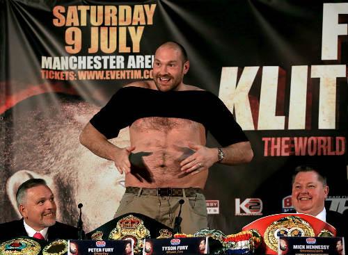 """Boxing: Fury cởi áo """"sỉ nhục' Klitschko trước trận tái đấu - 1"""