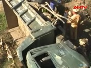Video An ninh - Xe ben tông chết 2 người rồi lao xuống cầu