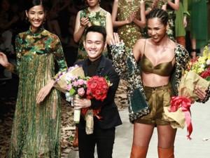 NTK Lê Thanh Hòa mang cả rừng lá khô lên sàn catwalk