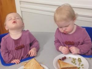 Bật cười với clip vừa ăn vừa ngủ của cặp sinh đôi